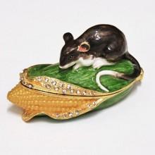 Шкатулка металлическая в виде кукурузного початка, на котором расположилась мышка