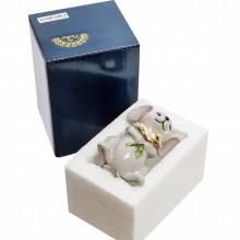 Фарфоровая фигурка изображает мышку с букетом цветов